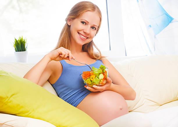 Blije zwangervrouw zit op de bak diet