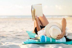 dame lees boek op strand