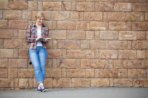 vrouw aan het lezen