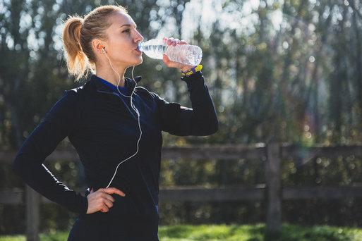 sportvrouw drinkt
